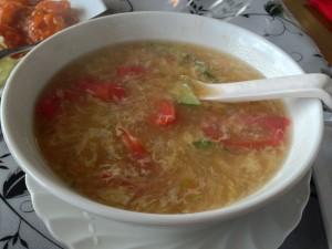 トマトとキュウリ入りの玉子スープ