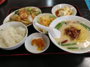 日替わりランチ(八宝菜・冷奴・台湾豚骨ラーメン)